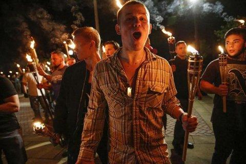 Myndighetene ikke har kommet med anslag for hvor mange som deltok i de høyreekstreme demonstrasjonene i Charlottesville fredag, men andre anslår at det var den største høyreekstreme samlingen på mer enn et tiår.