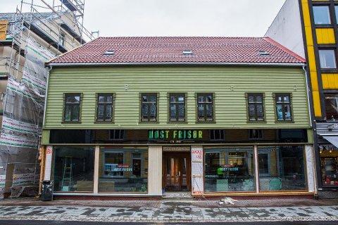 SJU LEILIGHETER: Den gamle bygården er over 100 år. Nå er sju moderne leiligheter til salgs i 2. og 3. etasje.
