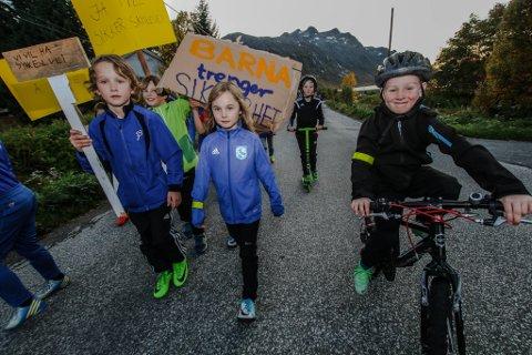 SIKKER SKOLEVEI: Lowe Gulle Brokstad (7) (foran f.v.), Henna Hallen (6) og Sigurd Rognli (6) ledet an foran et hundretalls oppmøtte da innbyggere i Ersfjord og Kaldfjord marsjerte for gang- og sykkelsti over Ersfjordeidet mandag.