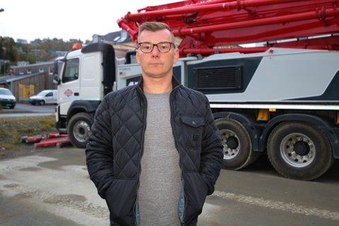 Cato Arnfinnsen føler seg stemplet som voldsmann etter en melding fra politiet i Tromsø på Twitter i forbindelse med en episode på hans arbeidsplass.