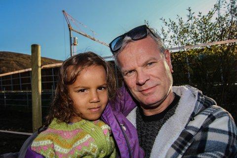 NÆRE PÅ: Jack Williamsen og datteren Norah (5) sto foran denne inngjæringen da vaieren falt ned fra kranen i bakgrunnen. Da ulykken inntraff pekte kranarmen motsatt vei, rett mot  far og datter. Tuppen av vaieren traff bakken like bak strømgjerdet de står ved.