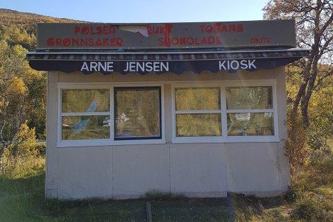 KIOSK-HISTORIE: Den gamle Arne Jensen-kiosken fra Tromsø sentrum har blitt bod på Sjøtun grusbane på Kvaløya.