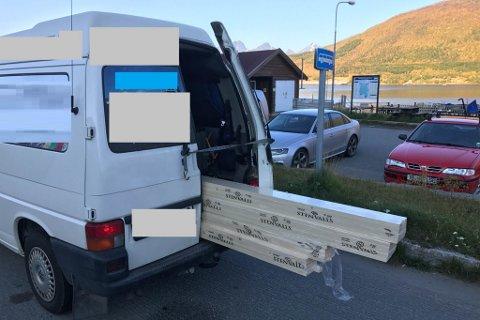 DÅRLIG SIKRING: Denne varebilen ble ilagt bruksforbud på grunn av dårlig sikret last.