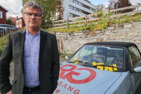 HÅPLØST: Fagsjef Tore Bentzen i Tromsø parkering, tror det vil koste mer enn det smaker, å forfølge eieren av denn ebritiskregistrerte bilen med parkeringskrav.