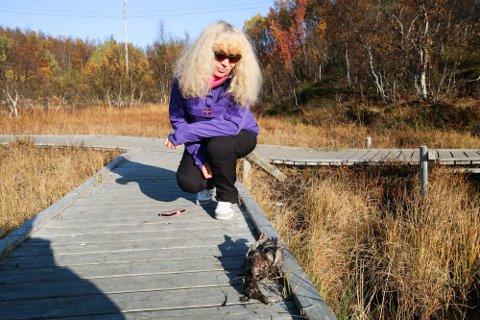 TRIST: Rita Wenaas Larsen med ungfuglen som døde etter et fatalt møte med en engangsgrill onsdag. Hun mener slike griller bør forbys ved Rundvannet.