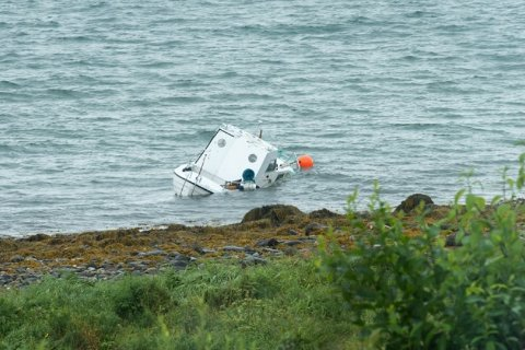 HAVARERTE: Snekka havarerte nær land ved Selnes på Kvaløya i sommer. Kommunen fikk ikke tak i eier, selv om de har en foremening om hvem båten tilhører.