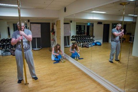 MONTERING: Daniella har fått lov til å montere opp stang på treningsstudioet «Kom i form» på Strandtorget i Tromsø sentrum. Ektemannen Fredrik Krohn hjelper med montering av stanga.