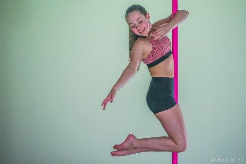 TURNER: Leah Holm Dalsbøe (15) går på turn og har holdt på med poledance i tillegg et år. - Noen sier at det er stripping, men det er det ikke. Det er veldig artig, forteller 15-åringen som ikke har bestemt seg om hun vil fortsette med poledance. - Jeg får se. Det er ganske tungt, sier hun og klatrer på nytt opp stanga for nye triks.