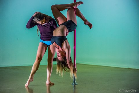 HYLLEST TIL KVINNEKROPPEN: Mia Gundersen, dommer i Norske talenter, kalte nylig poledance en hyllest til kvinnekroppen. Mange opplever treningsformen som frigjørende. Ania hjelper Ragnhild med å demonstrere et triks i stanga.