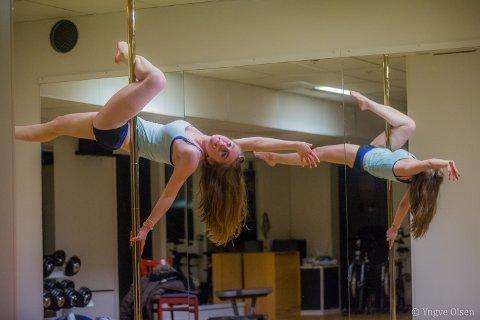 STYRKE: - Poledance handler mye om styrke og fleksibilitet. Hender. Føtter. Armer. Ja, hele kroppen, sier Daniella.