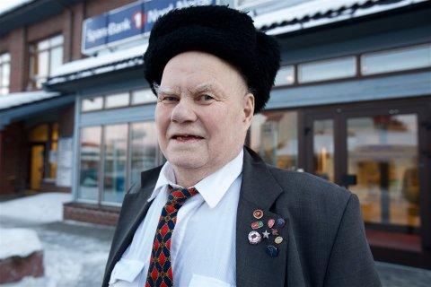 Pensjonist Sigurd Krognes (78) betalte 10.000 kroner i bangebyrer i fjor. Han må ut med 150 kroner for å sende en giro. Noen ganger er det nesten like mye som beløpet på regninga som skal betales. Foto: Ola Solvang