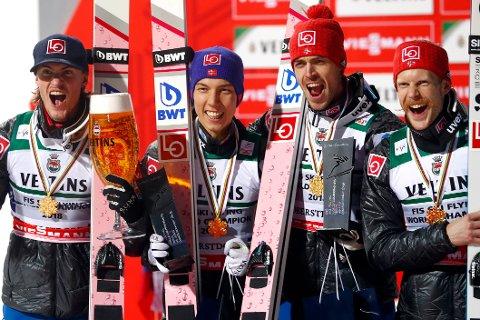 GULL-GUTTENE: Daniel-André Tande (f.v.), Johann André Forfang, Andreas Stjernen og Robert Johansson jubler etter VM-gullet.