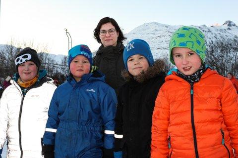 LEI: Fredrik Kjelkvik, Erlend Hjort-Larsen, Henrik Olden Johansen og Dan Elias Tennås Johansen opplever stadig nærgående turister i skoletiden. Her er de sammen med skoleinspektør Hanne Skåre.