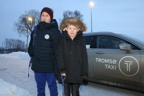VIL HELST GÅ: Isak,s om går i sjette klassse, og lillebror patrick i første, blir hentet og kjørt med taxi hver dag. Alternativet er å krysse fylkesveien, på de tidene av døgnet da trafikken er verst.