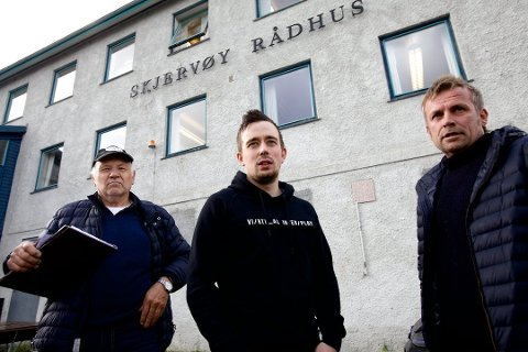 VANT: Henrik Nygård (fra venstre), Nils Arne Hofsøy og Hans Arne Henriksen var skuffet da Hofsøy Mekaniske tapte brøytekontrakten i Skjervøy kommune. Entreprenørbedriften gikk rettens vei og fikk medhold. Nå går det mot anke fra kommunens side.