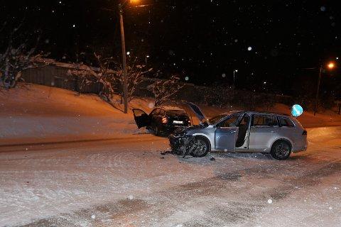 Det var to stasjonsvogner som kolliderte ved Scandic-krysset på Tverrforbindelsen søndag. Kveld. Begge bilene har store skader.