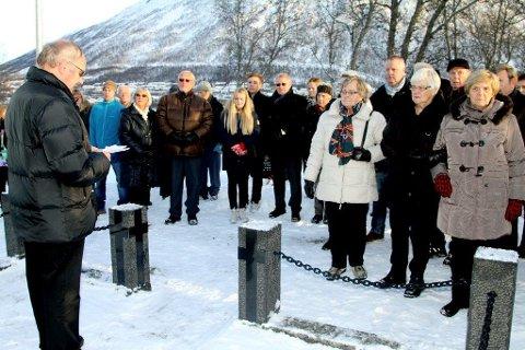 ÅRSMARKERING: Dette bildet ble tatt under 70-årsmarkeringen for Arnøytragedien, som både fant sted ved   minnelunden i Kroken og her på gravlunden i Tromsdalen.