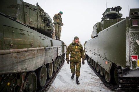 DYRERE: Forsvarer, her ved forsvarssjef Haakon Bruun-Hanssen, vil øke husleien for forsvarsansatte.