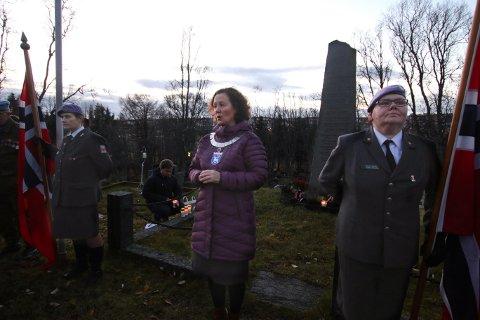 KRANSENEDLEGGELSE: Ordfører Kristin Røymo talte og la ned lys og blomster ved minnesmerket på Tromsdalen gravlund under 75-årsmarkeringen for Arnøytragedien tirsdag.
