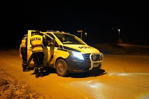 PÅ LETING: Store politistyrker deltar i letingen etter bilen som stakk av fra UP i Lavangsdalen torsdag kveld. Her er en politipatrulje på Berg utenfor Tromsø tirsdag kveld.