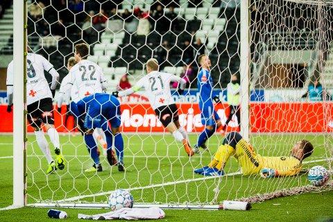 TAPTE IGJEN: TIL-keeper Gudmund Broks Kongshavn ligger i målet, mens han ser Odd-spillerne juble etter 1-0-scoringen. Det ble kampens eneste mål, og dermed ble det null poeng for TIL søndag.