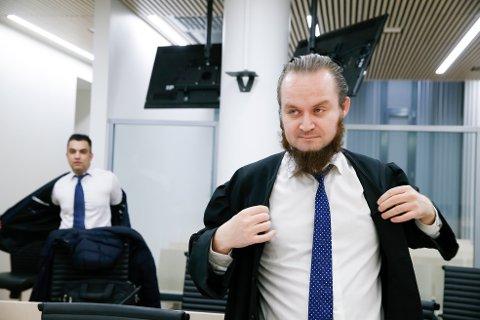 FORSVARER: Nils Christian Nordhus (foran) er forsvarer for 39-åringen som tirsdag må stille i Borgarting lagmannsrett, tiltalt for blant annet terrorforbund.