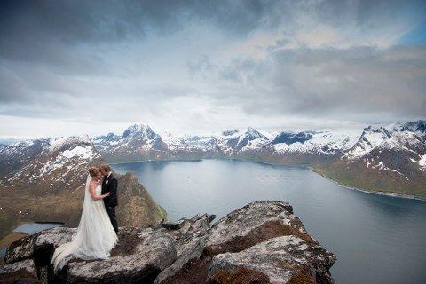 Kristine Hellemo og Thomas Larsen gikk på Segla for å ta bryllupsbilder da de giftet seg for tre år siden. Nå håper man å få bygd ei sherpatrapp opp hit.