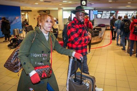 I TROMSØ: Wyclef Jean landet på Tromsø lufthavn, fredag ettermiddag. Her er han sammen med sin manager.