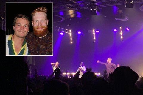 MINNE FOR LIVET: Henrik Aasprung Brekke (t.v.) og Christopher Olsen sto plutselig på scenen sammen med Wyclef Jean. De to kompisene fikk et minne for livet.
