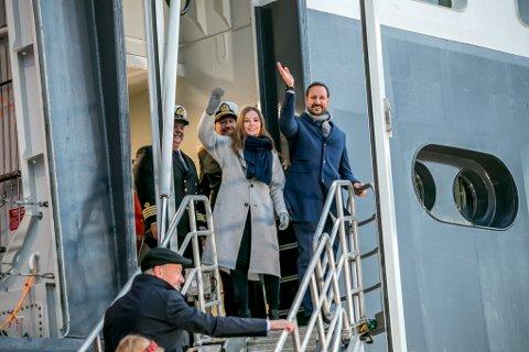 DÅP: Prinsesse Ingrid Alexandra er gudmor for FF «Kronprins Haakon». Her sammen med sin far, kronprins Haakon, om bord på skipet i Tromsø.
