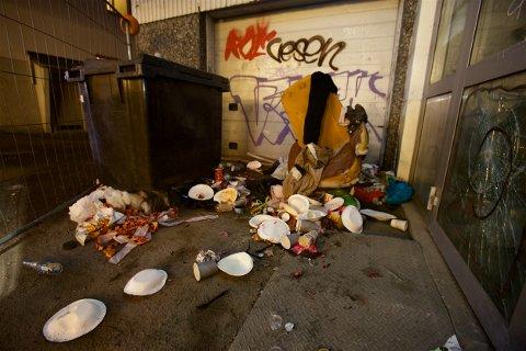 Her ligger restene av halloween-festen. Nå lover synderen å rydde opp - når de får tid. Foto: Ola Solvang