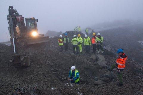 BEFARING: Politiet, Mattilsynet, Tromsø kommune og NVE var i forrige uke på befaring i den framtidige vindmølleparken i Kattfjorden. Representanter for utbygger deltok også. Foto: Pål Jakobsen, Tromsø kommune