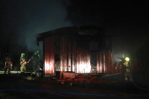 TOTALSKADET: Røykdykkere arbeidet utover kvelden med etterslokking av boligen i Meistervik som ble totalskadet i brann torsdag ettermiddag.