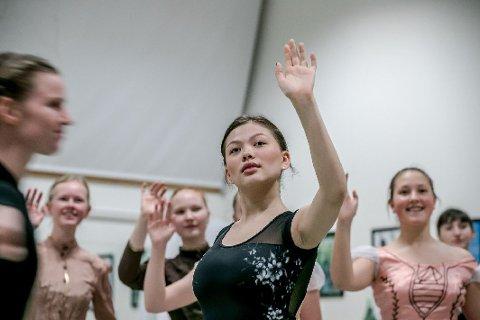 HOVEDROLLE: Benita Didriksen har danset på Kulturskolen i mange år allerede. Om under to uker skal hun danse den største rollen hun har hatt, Clara i Nøtteknekkeren.