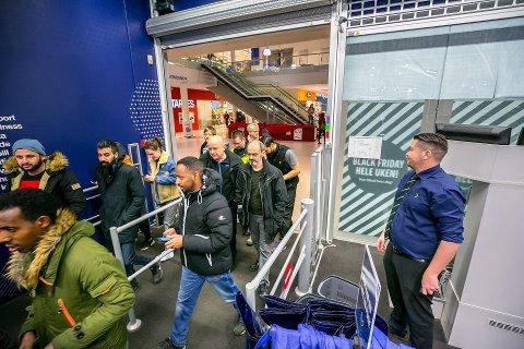 ÅPNET KLOKKA 07.00: Varehussjef Bjørn Helge Jensen kunne allerede i ettermiddag konstatere at de hadde hatt en kundeoppgang på 15 prosent. Foto: Torgrim Rath Olsen