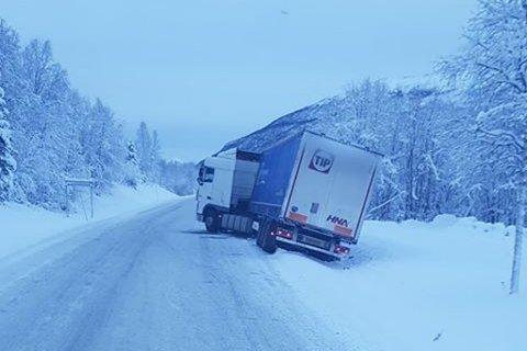 I GRØFTA: En trailer fikk trøbbel i morgentimene torsdag. Klokka 12 står trailen fortsatt i grøfta på E6 i Målselv.
