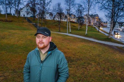 HER SKJEDDE DET: Ole Skogdal er tilbake i parken ved Kongsbakken, der han ble overfalt og skadet for åtte år siden. Han liker seg ikke her. Følelsene er sterke. Foto: Yngve Olsen