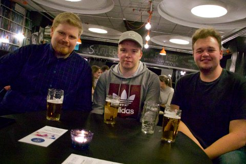 VALGVAKE: UiT-studentene Vegar Fjell, Thomas Fredrik Kristensen og Jørgen Sophus Welle på valgvake på Driv i anledning det amerikanske mellomvalget tirsdag kveld.