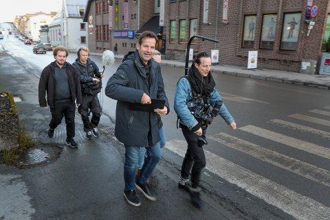 PÅ BESØK: Jon Almaas vandret torsdag gatelangs i Grønnegata, med kamera- og lydmenn på slep.