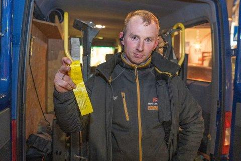 - UAKSEPTABELT: Piotr Magolon med parkeringsgebyret på 900 kroner, som han fikk da han skulle laste av utstyr tirsdag ettermiddag.