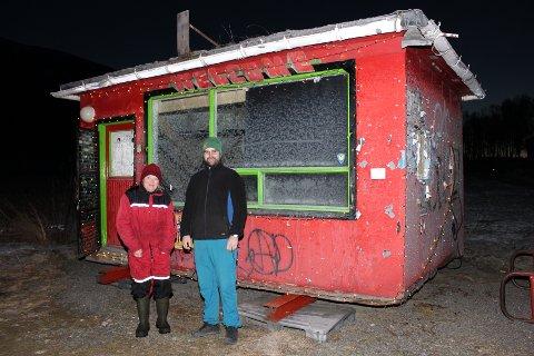 NY I NABOLAGET: Helga Nordgård og Mats Jacobsen foran Rotvold-kiosken som nylig er flyttet fra strandvegen til Berg. Helga drifter i dag Nordgård, men datteren Magna Nordgård-Melander vil overta på nyåret.