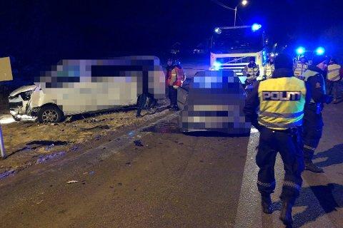 KRASJET: To biler traff hverandre i fronten av bilene. Foto: Kim Gaare