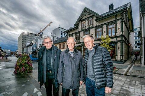 ELEKTROBOK: Leif-Harry Hansen, Tore H. Hansen og Odd Erik Hansen står bak boka «Lys og varme ...kraft og spenning», som tar for seg elektrobransjens historie i nord.