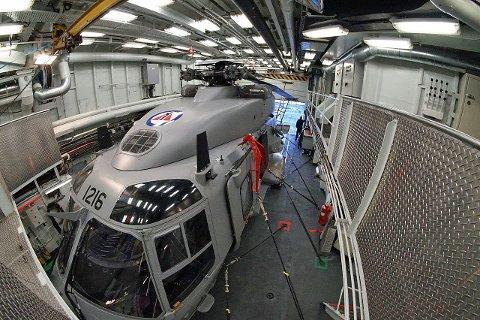 PÅ TOKT: Kystvaktskipet KV «Andenes» seiler i disse dager utenfor Troms med ett av NH90-helikoptrene om bord. Tekniske problemer og manglende utsjekk på mannskapet gjør at helikopteret ikke har løst et eneste oppdrag hittil under toktet.