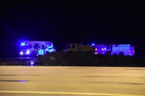 REDNINGSAKSJON: Alle nødetatene er satt i sving etter melding om en flystyrt utenfor Svolvær lufthavn søndag kveld. To personer er bekreftet omkommet.