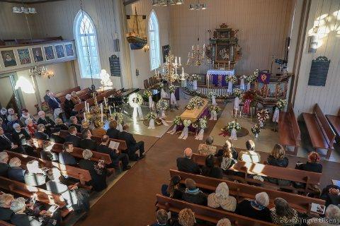 BLOMSTERHAV: Elverhøy kirke bugnet over av blomster, da Martin Buvik ble stedt til hvile fredag.