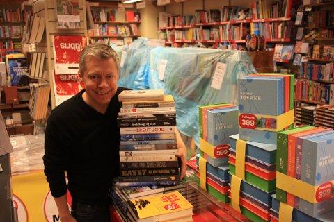 NORDNORSK TILHØRLIGHET: Antonsen har hentet inn flere bøker med nordnorsk tilhørlighet. Reolene bak han er gjort om for salget.