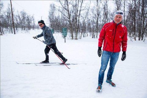 PROSJEKTLEDER:  Henrik Romsaas i Tromsø kommune har ledet arbeidet med å tilrettelegge for økt bruk av grøntområdene på Tromsøya. Her er han ved et av de travleste kryssene i marka, like ved Charlottenlund, hvor det er skiltet nært sagt alle veier. Foto: Yngve Olsen