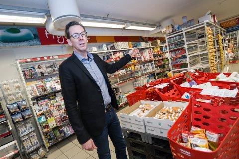 SKAL HA ÅPENT SØNDAGER: Søndagsåpne butikker må være under 100 kvadratmeter. Direktør i Coop Nord, Yngve Haldorsen, viser hvor Marked-butikken på Myreng i Tromsø skal sperres av for å komme under kravet.
