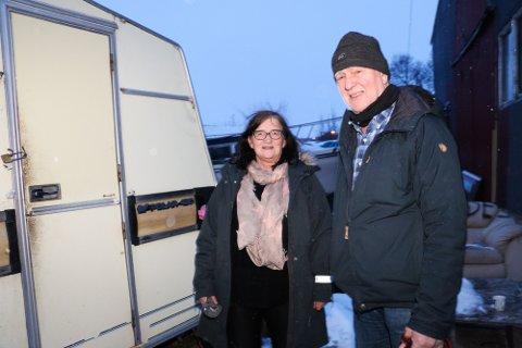 BOPLASS: Anne Lorentzen og Kjetil Hauglann er nærmeste naboer til industritomta i Sørvollvegen. De varslet allerede i sommer kommunen om at det bodde folk på området, og i høst konkluderte med kommunen med at det er ulovlig. Likevel er campingvogna fortsatt bebodd.